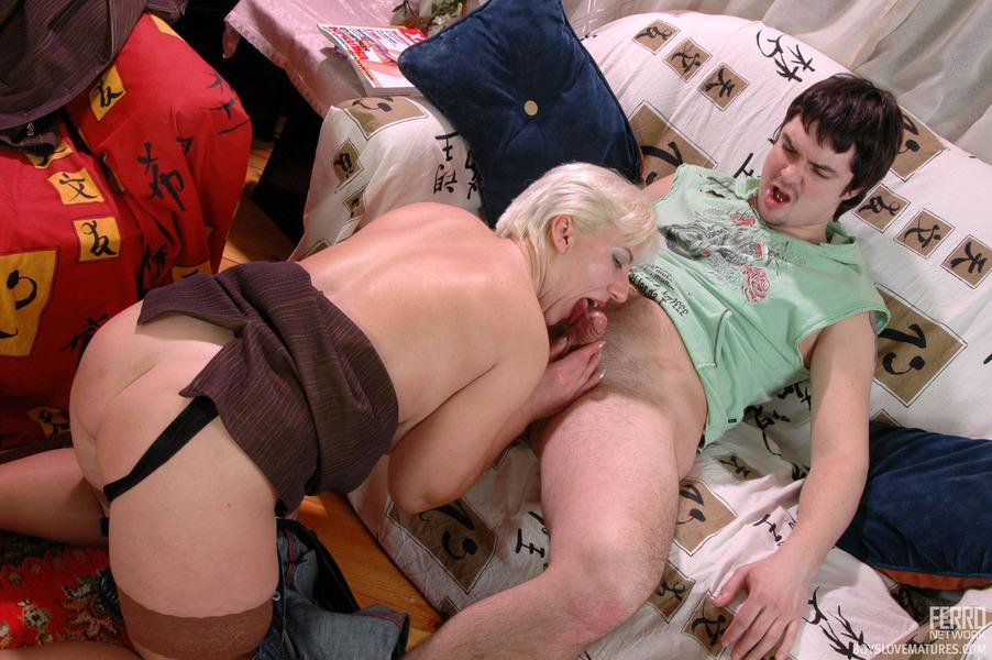 Бесплатное порно фото. Блондинки. Молодой парень и зрелая блондинка