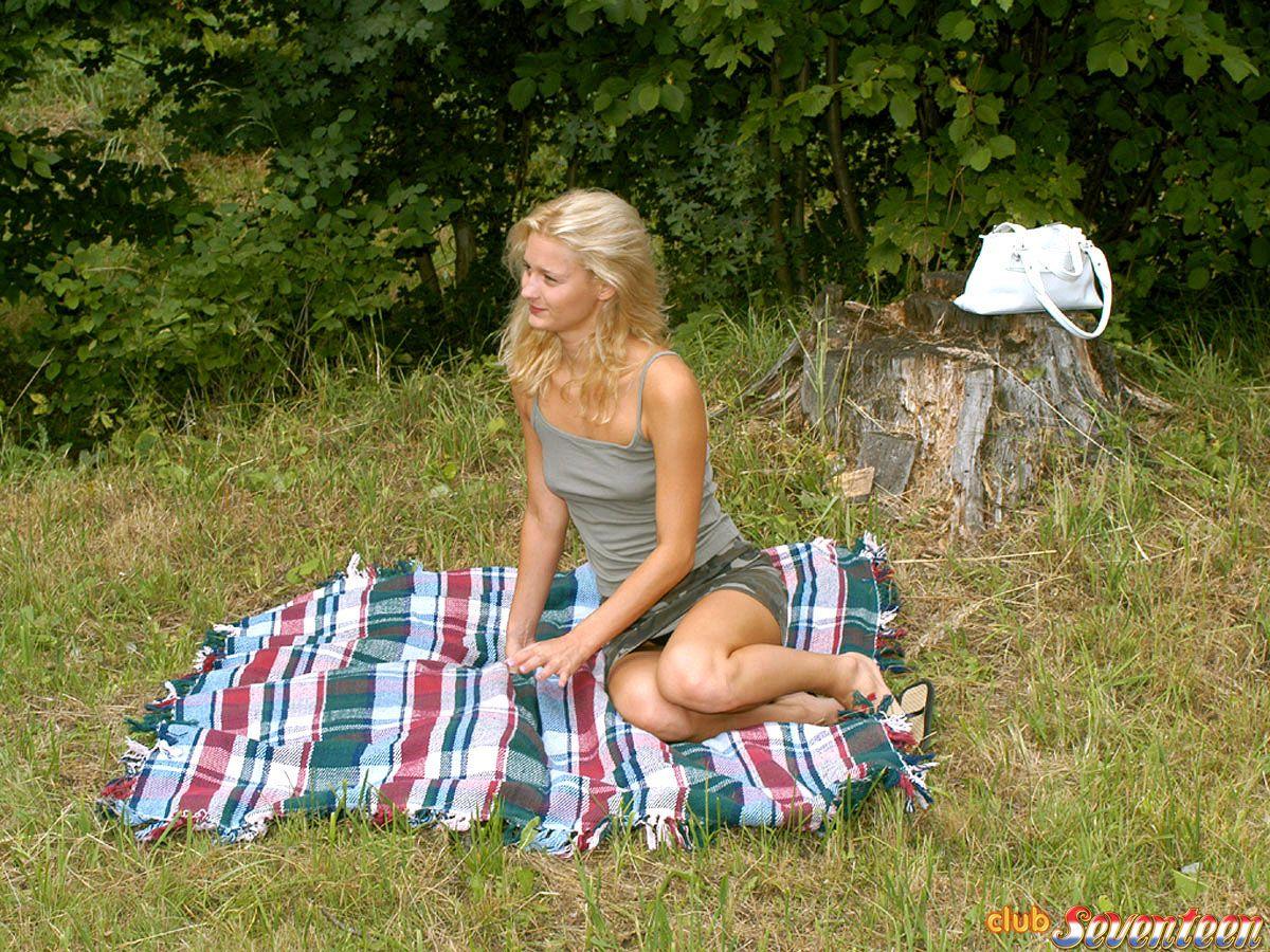 Блондинка отдыхает на природе Эротика и порно фото, порнуха,секс фотки