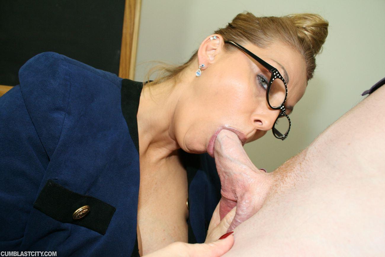 Училка отсосала хуй у ученика, Учительница сосёт ученику а он кончил ей в рот 11 фотография