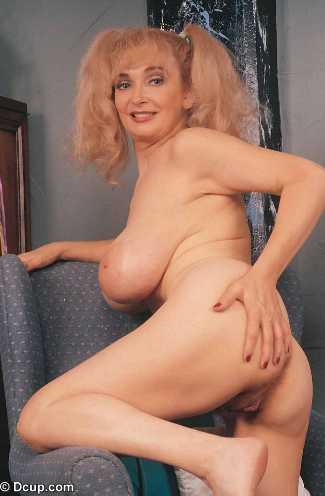 nude housewife without pants