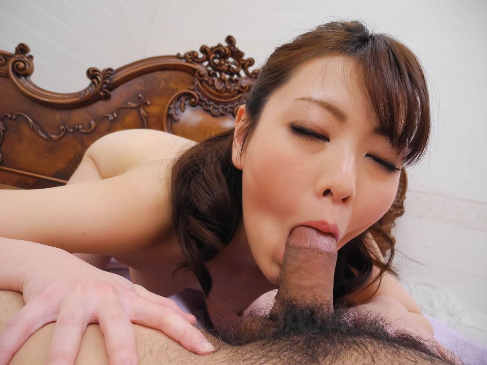 Порно азиатка сладко сосет член