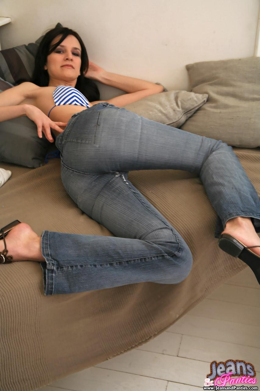 Могу тому ебет через джинсы великолепная