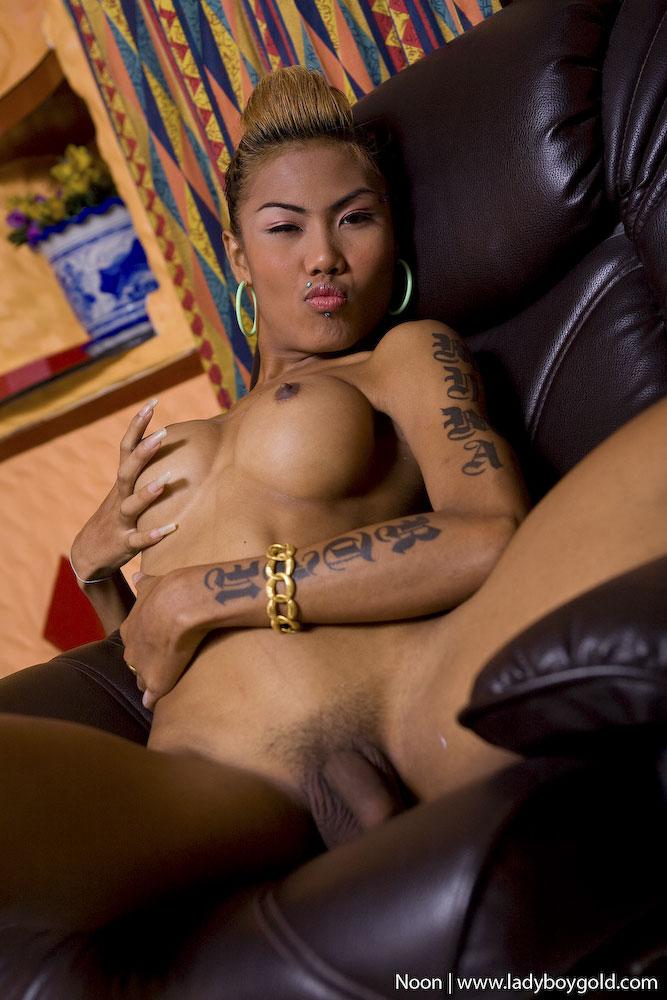 Hottie strokes her dildo to orgasm