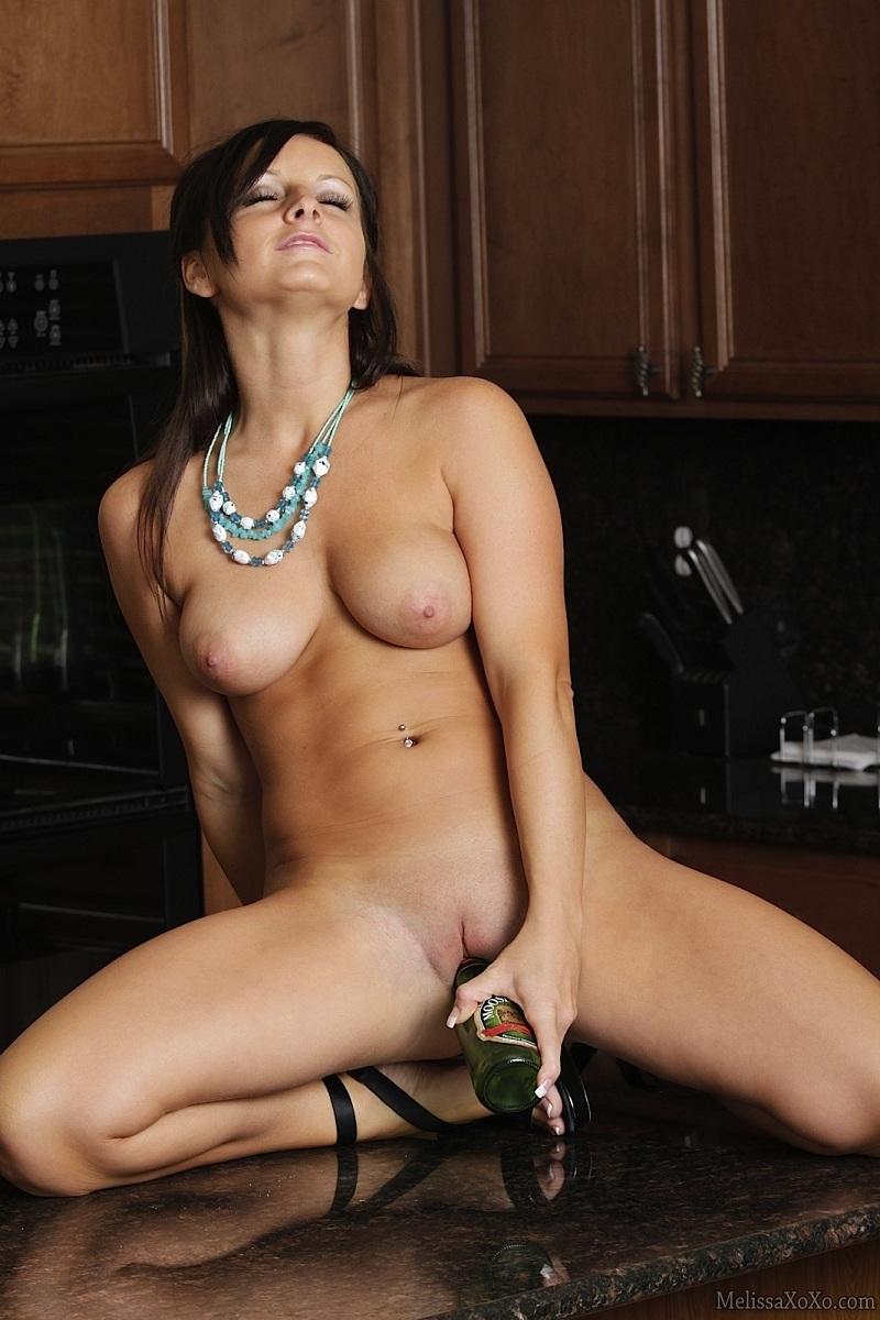 Девушка засунула в пизду бутылку фото 322-208