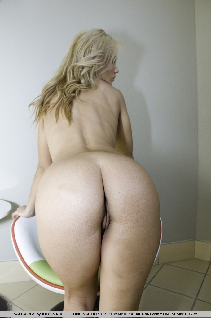 s-ogromnimi-blondinkami-shirokie-bedra