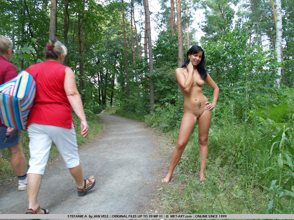 Голые девки в парке фото