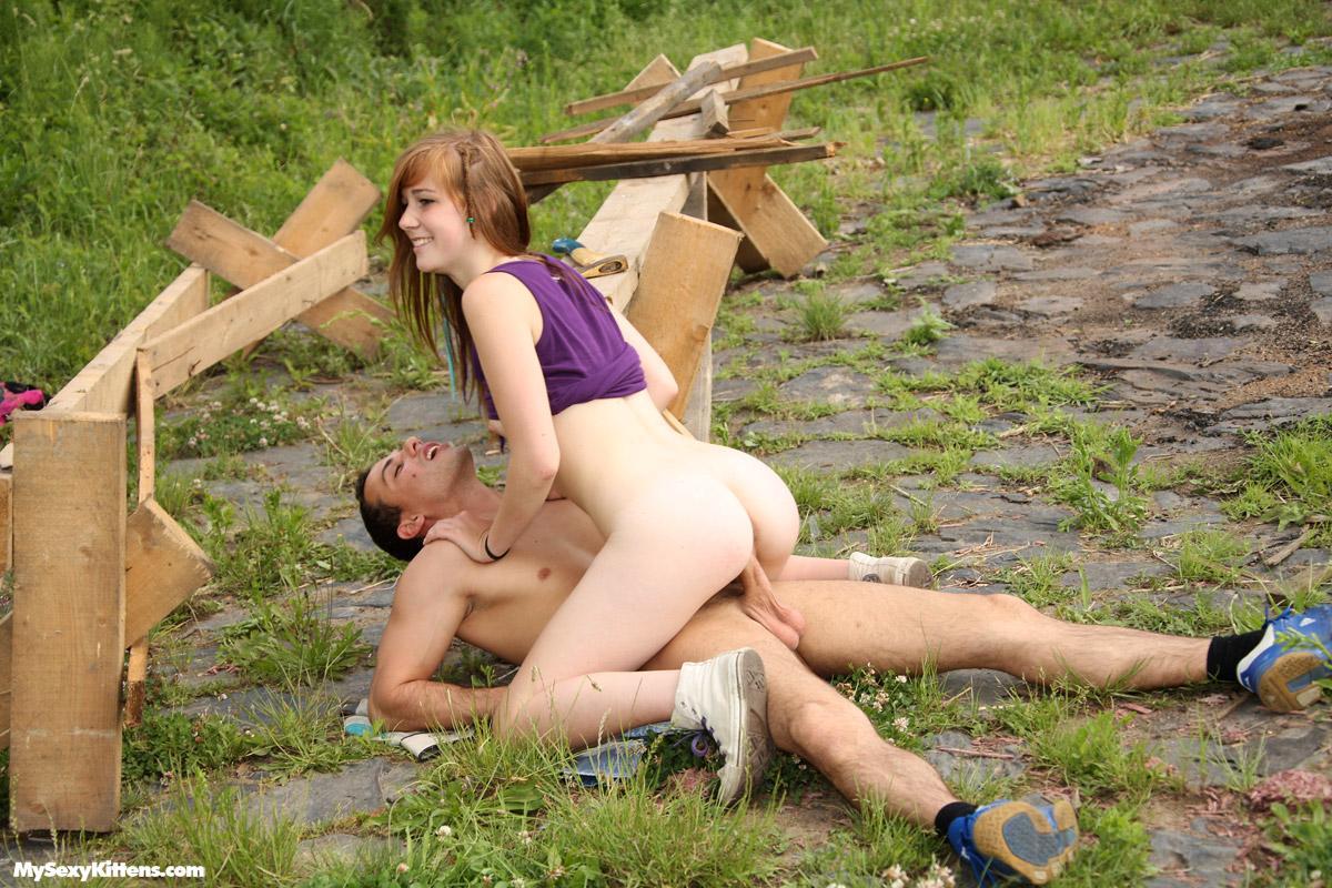 дівчина трахнула дівчину в селі