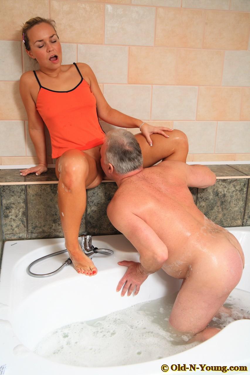Секс с дедом в ванной 5 фотография