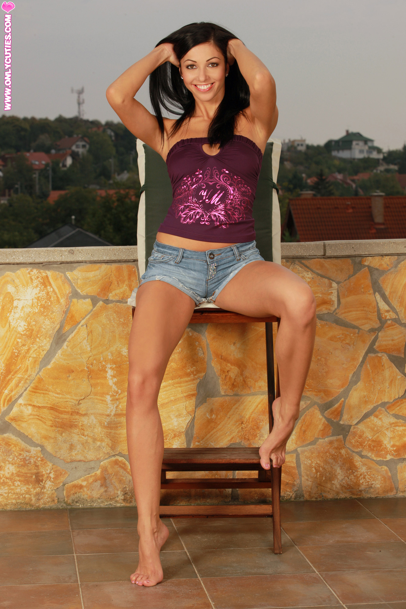 Amazing chick seduces herself with her fingers