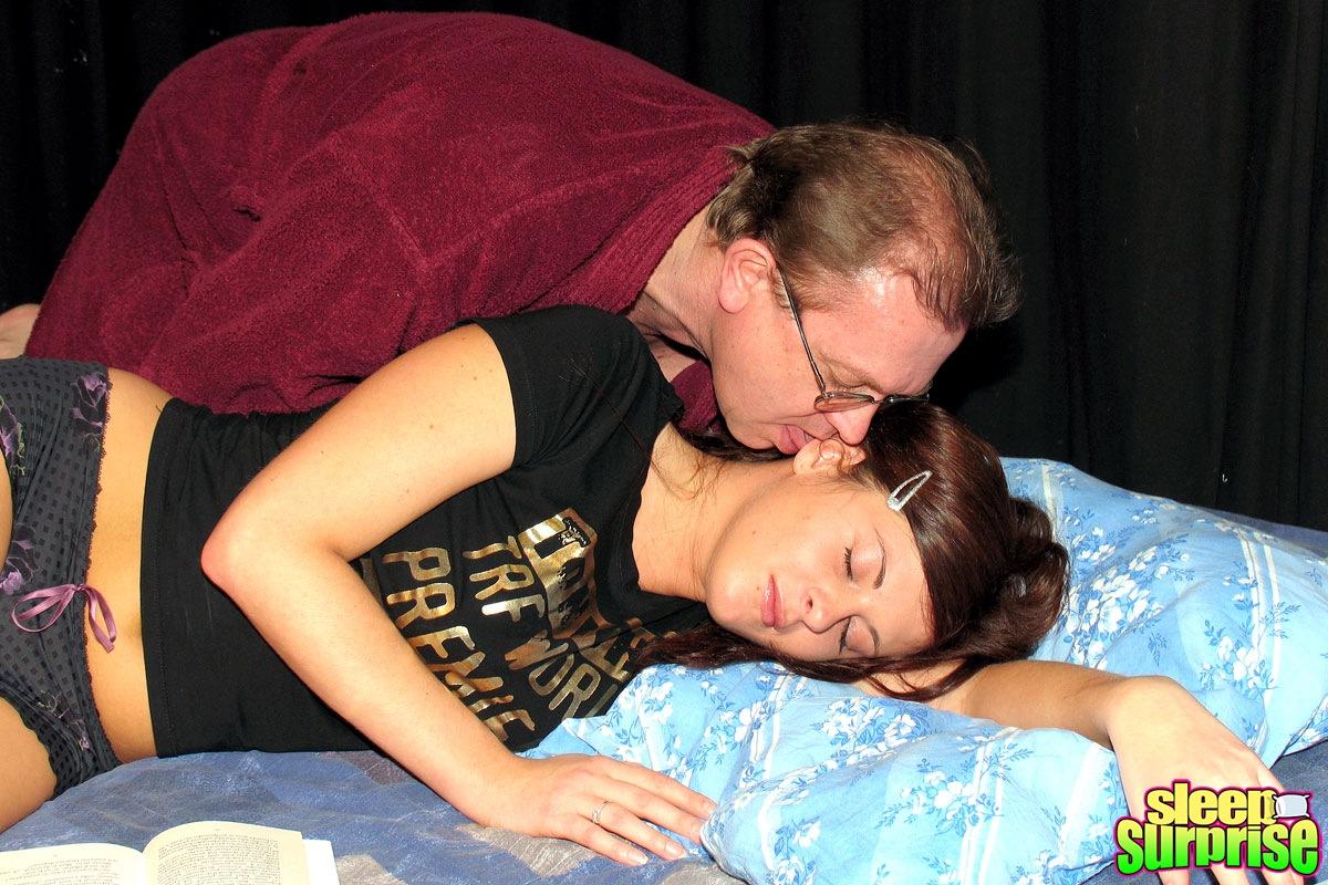 Спящая и ей толкают, Порно видео со спящими - смотреть онлайн бесплатно 6 фотография