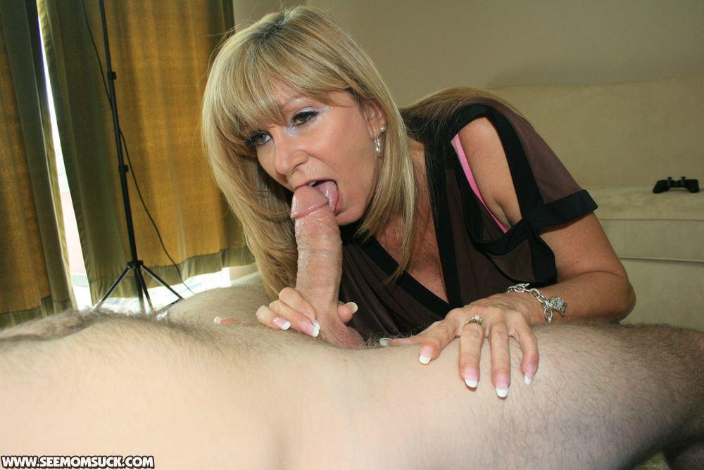 мама делает минет сыну порно фото