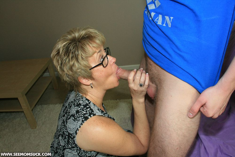 son blowjob Kinky mom gives