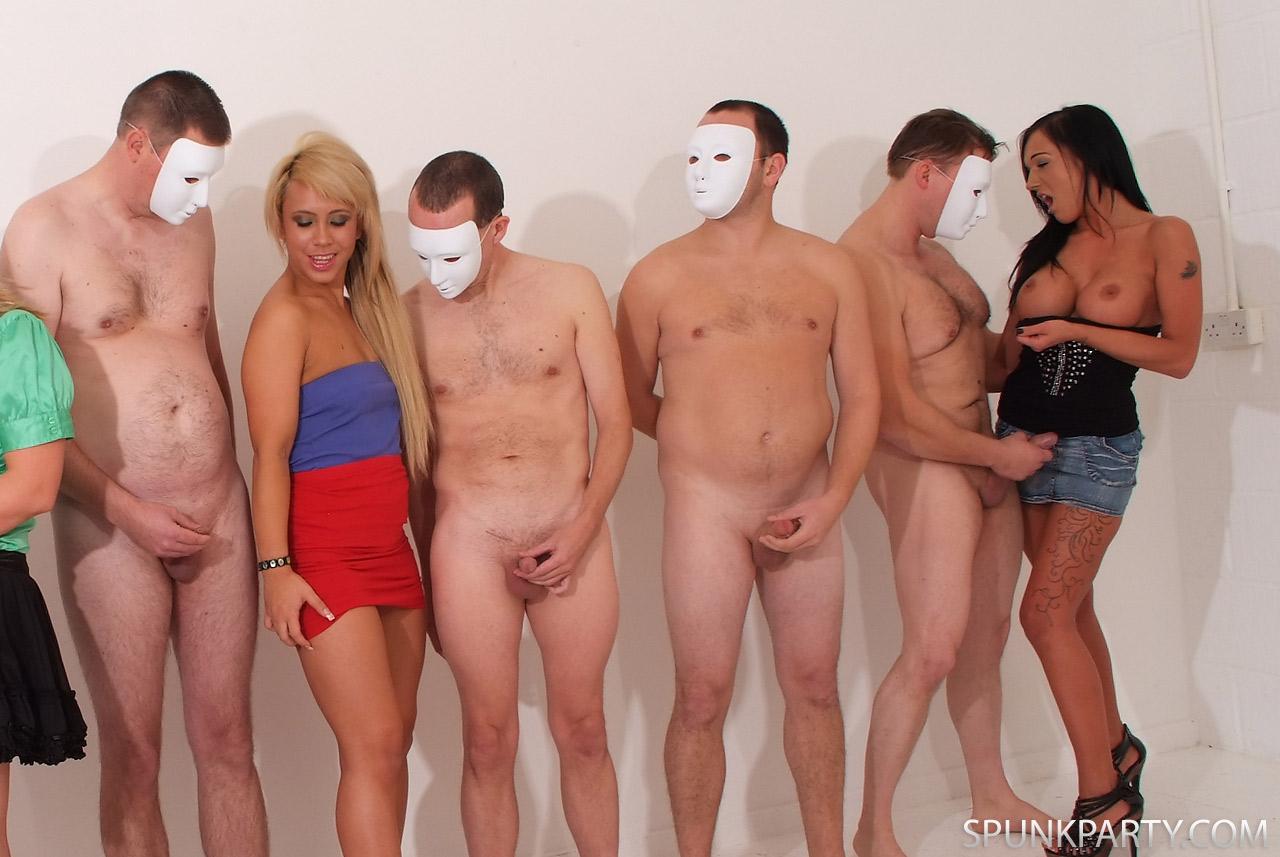 Порно видео одетые девушки голые парни