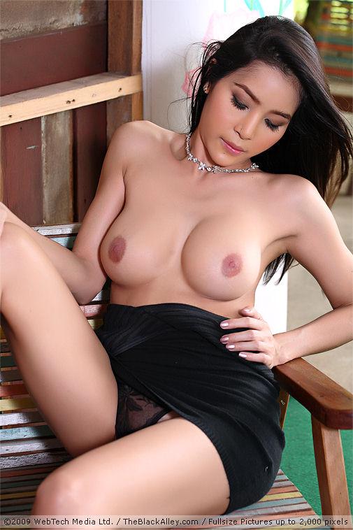 Miss black nude entyce