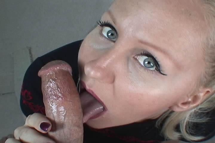 Крашеная немолодая блондинка нежно сосет твердый член и глотает сперму. Лю